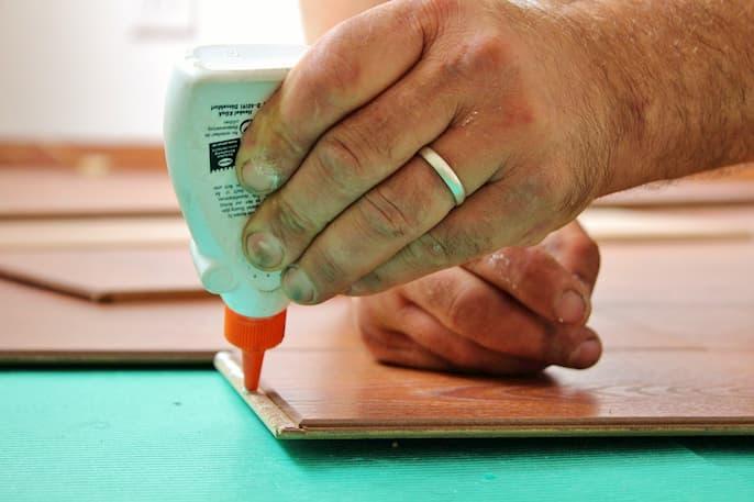 quitar el pegamento de los dedos